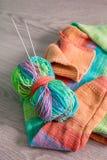handarbete Stucken tröja Flerfärgat garnnystan med visare nära de handgjorda produkterna close upp arkivbild