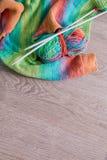 handarbete Stucken tröja Flerfärgat garnnystan med visare nära de handgjorda produkterna på grå träbakgrund Top beskådar Co royaltyfria bilder