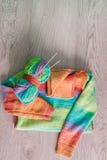 handarbete Stucken tröja Flerfärgat garnnystan med visare nära de handgjorda produkterna på grå träbakgrund Top beskådar Co arkivbild