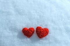 Handarbetehjärtan på en snöig bakgrund Hälsningkort för dal Fotografering för Bildbyråer