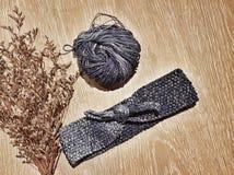 handarbetehuvudbindel på trätabellbakgrunden Royaltyfria Foton