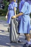 Handasean-Mädchen, das schwarze Abfalltaschen hält stockfoto