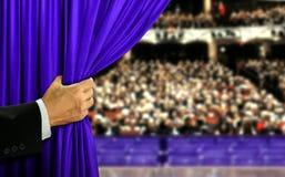 Handauftaktetappevorhang und -publikum stockfotos