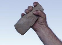 Handaxe sujo da terra arrendada da mão imagens de stock
