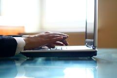 handbärbar datorarbete Arkivfoto