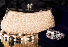 Handbag and pearl jewelry Royalty Free Stock Photos