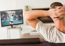 Handball de observation d'homme à la télévision à la maison images libres de droits