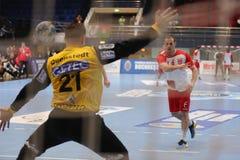 Handball - marquant d'un jet de 7 mètres image stock