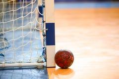 Handballball nahe bei dem Torpfosten vor der griechischen Frauen-Schale stockfotografie