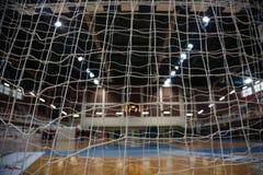 Handballkonzept Zielbeitragsnetze von hinten Ansicht Unscharfes Gericht, Athleten und elektronischer Anzeigetafelhintergrund stockbilder
