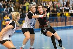 Handballspieler in der Aktion während des griechischen Frauen-Pokalspiel handb lizenzfreie stockfotografie