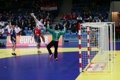 Handballspieler, der mit der Kugel springt Lizenzfreies Stockfoto