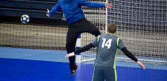 Handballspieler, der versucht, ein Ziel während eines Spiels zu geben stockfotografie