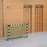 Handballziel in der Turnhalle Lizenzfreie Stockfotos