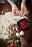 Handbanketbakker die koekjes maken voor Kerstmis Royalty-vrije Stock Afbeelding