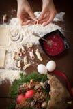 Handbanketbakker die koekjes maken voor Kerstmis Stock Foto