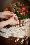 Handbanketbakker die koekjes maken voor Kerstmis Stock Afbeelding