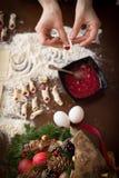Handbanketbakker die koekjes maken voor Kerstmis Stock Afbeeldingen