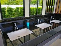 Handbasin και καθρέφτης στην τουαλέτα στοκ φωτογραφίες με δικαίωμα ελεύθερης χρήσης
