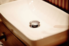 Handbasin στην τουαλέτα στοκ φωτογραφία