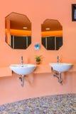 Handbasin och spegel i toalett Royaltyfria Bilder