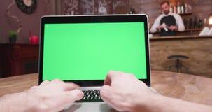 Handbediend dynamisch POV dat van computervertoning wordt geschoten met het groene scherm stock video