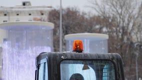 Handbediend schot die van noodsituatie oranje licht op een bewegende auto roteren stock footage