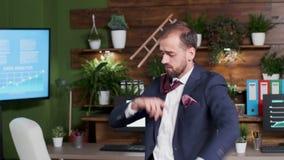 Handbediend schot van beambte het dansen stock videobeelden
