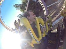 Handbediende achtbaanrit met vrienden Stock Foto