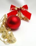 Handbells una esfera roja y un arqueamiento Foto de archivo libre de regalías
