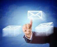Handbewegliche E-Mail zwischen zwei Belegstapeln stockbild