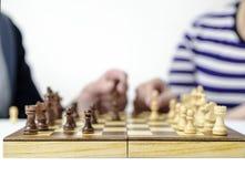 Handbewegungszahlen auf einem Schachbrett Stockbild