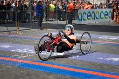 Handbikeatleet op de afwerkingslijn van de 24ste Marathon van Rome Royalty-vrije Stock Foto's