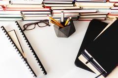 Handboek, laptop, glazen, stapelstapels van literatuur, boekenrekken op bureau bedrijfsachtergrond voor het academische onderwijs royalty-vrije stock afbeeldingen