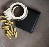 Handbojor, pistolkulor och legitimationhållare för snutar, specialförband och försvarsenhetutrustning slut upp bakgrund royaltyfri foto