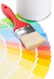 Handboken för färgdiagrammet med borsten och målarfärg ösregnar royaltyfri fotografi