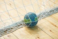 Handboll bollen i målet Royaltyfri Fotografi