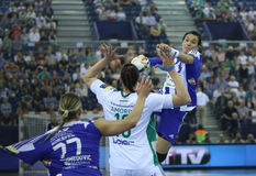"""HANDBOLLKVINNOR EHF KÄMPAR FÖR †""""GYORI AUDI ETO KC för LIGAFINAL 4 vs ZRK BUDUCNOST PODGORICA arkivfoton"""