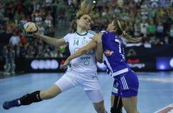 """HANDBOLLKVINNOR EHF KÄMPAR FÖR †""""GYORI AUDI ETO KC för LIGAFINAL 4 vs ZRK BUDUCNOST PODGORICA arkivfoto"""