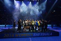 """HANDBOLLKVINNOR EHF KÄMPAR FÖR SISTA †""""GYORI AUDI ETO KC för LIGAN vs CSM BUCURESTI royaltyfria bilder"""