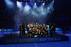 """HANDBOLLKVINNOR EHF KÄMPAR FÖR SISTA †""""GYORI AUDI ETO KC för LIGAN vs CSM BUCURESTI royaltyfria foton"""