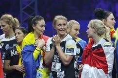 """HANDBOLLKVINNOR EHF KÄMPAR FÖR SISTA †""""GYORI AUDI ETO KC för LIGAN vs CSM BUCURESTI royaltyfri bild"""
