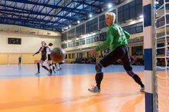 Handbollspelare i handling under den grekiska kvinnacupfinalhandben Arkivbilder