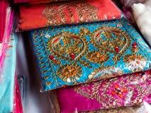 Handbroderi på tyg av indiska konstnärer royaltyfria bilder