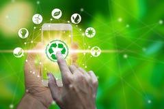 Handbrukssmartphone med miljösymboler över nätverksanslutningen arkivfoto