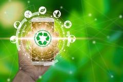 Handbrukssmartphone med miljösymboler över nätverksanslutningen royaltyfria bilder