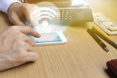 Handbrukssmartphone med wifisymbolsanslutning Royaltyfria Bilder