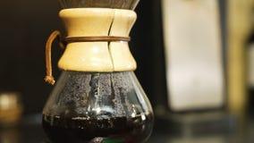 Handbuch-Brauen des Kaffees stock footage