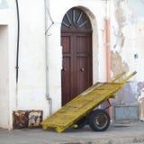 Handcart antigo no porto de Trapani Foto de Stock Royalty Free