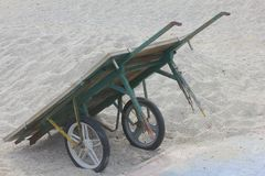Handcart na piasku fotografia stock